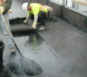 Ремонт крыши с использованием битумной мастики